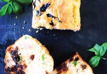 Cake jambon, crottin de chèvre, basilic & raisins secs